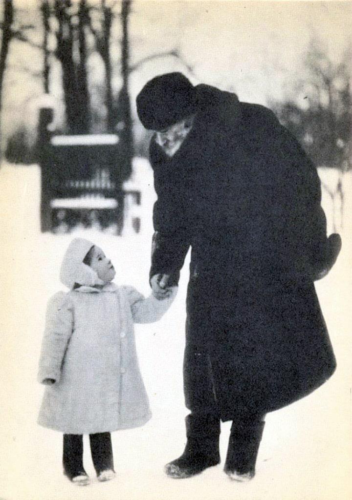 1908-YAsnaya-Polyana.-L.-N.-Tolstoy-s-vnuchkoy-Tanechkoy