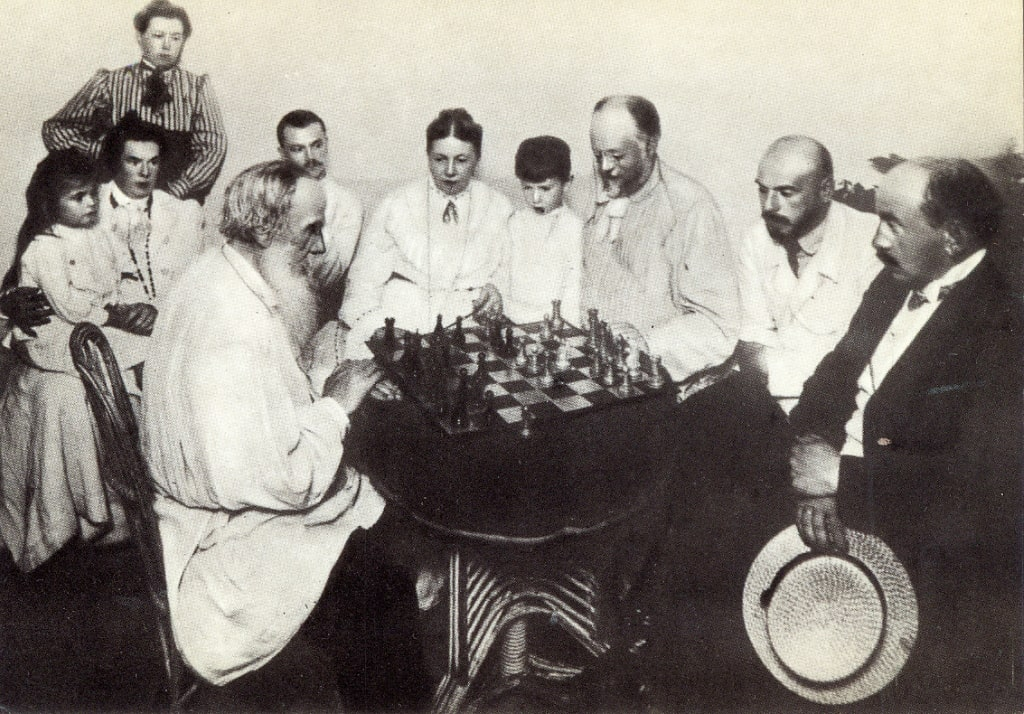 1908-god-YAsnaya-Polyana.-L.-N.-Tolstoy-igraet-v-shahmatyi-s-M.-S.-Suhotinyim