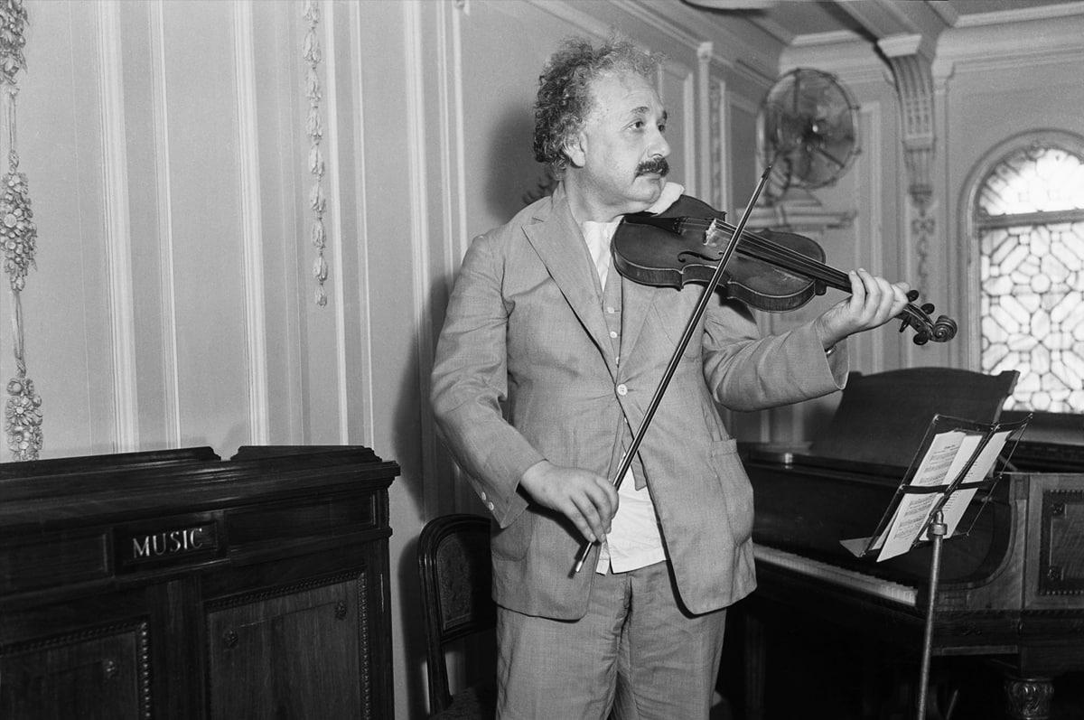 Albert-E`ynshteyn-igraet-na-skripke