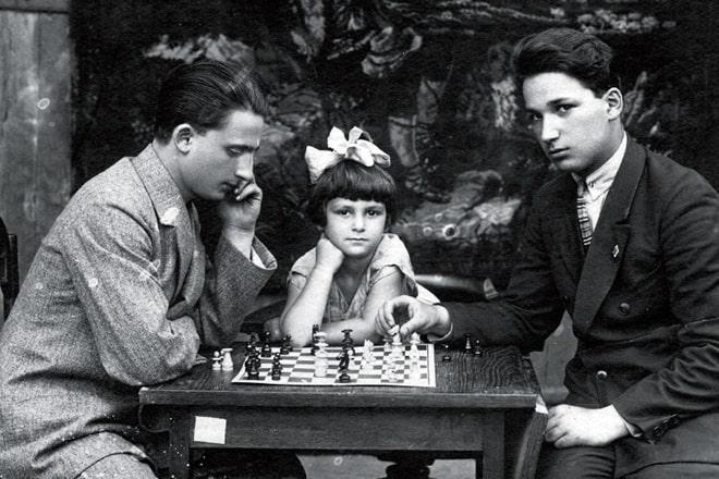 Aleksandr-Pecherskij-s-bratom-i-sestroj