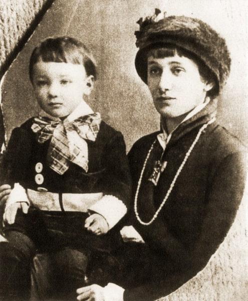 Anna-Ahmatova-s-syinom-TSarskoe-selo-1915-god