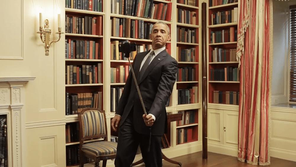 Barak-Obama-krivlyaetsya-pered-zerkalom-i-polzuetsya-selfi-stikom