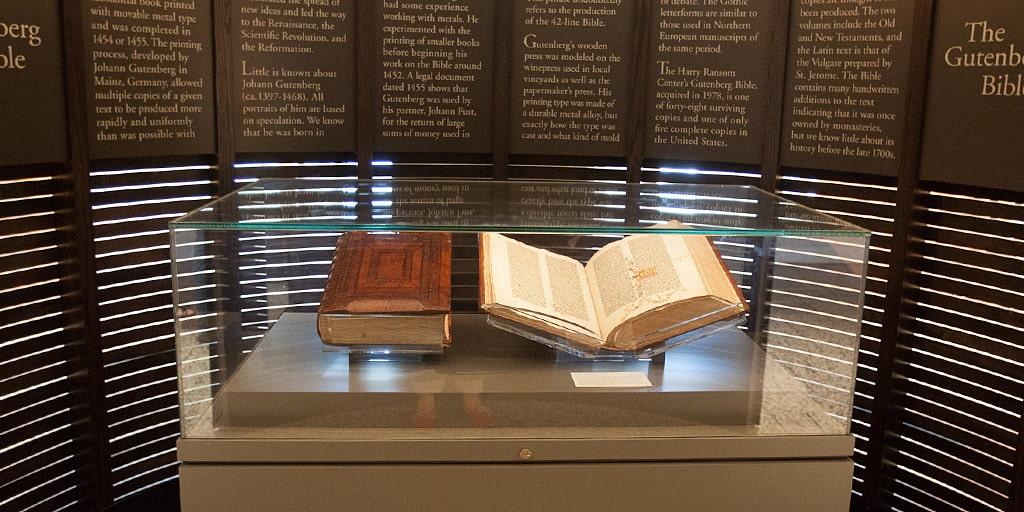 Bibliya-Guttenberga-samyie-dorogie-knigi