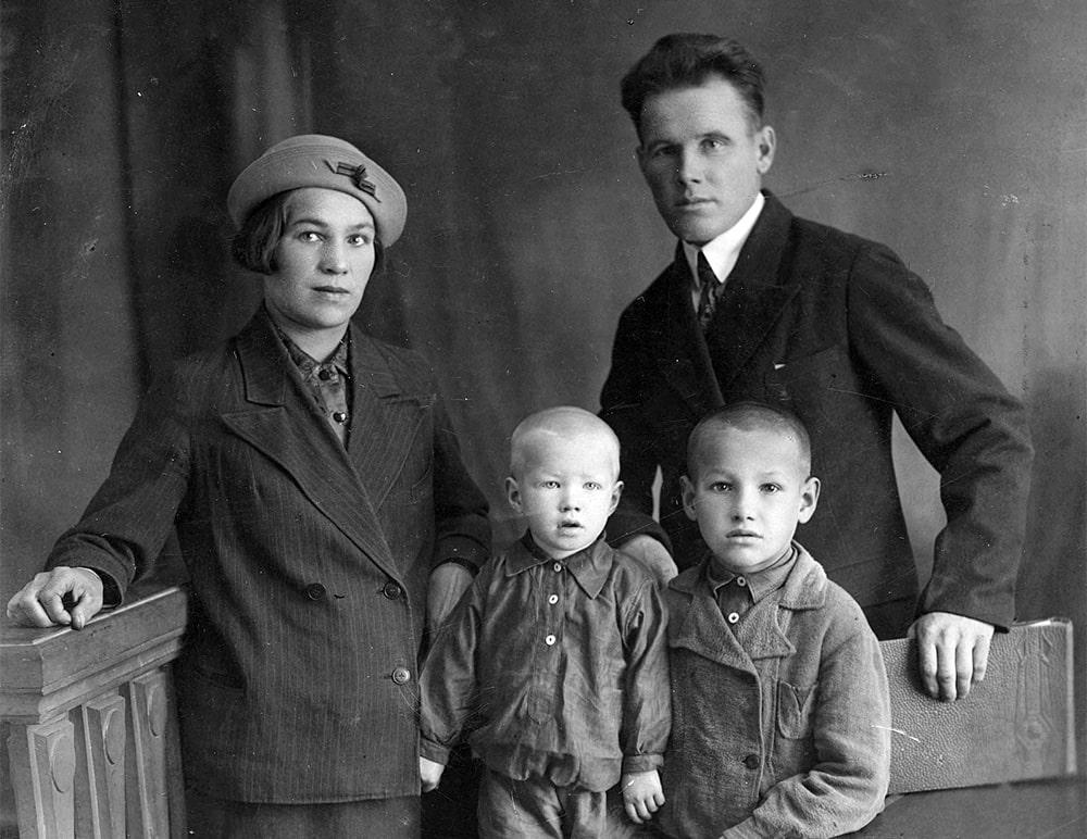Boris-Eltsin-v-detstve-s-roditelyami-i-bratom