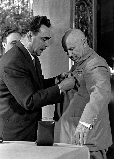 Brezhnev-prikalyivaet-medal-Za-osvoenie-tselinnyih-zemel-k-pidzhaku-N.S.-Hrushheva