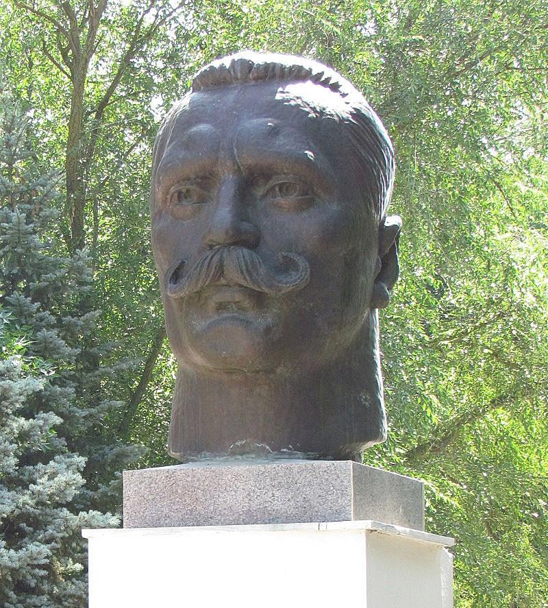 Byust-Ivana-Poddubnogo-v-gorode-Eyske