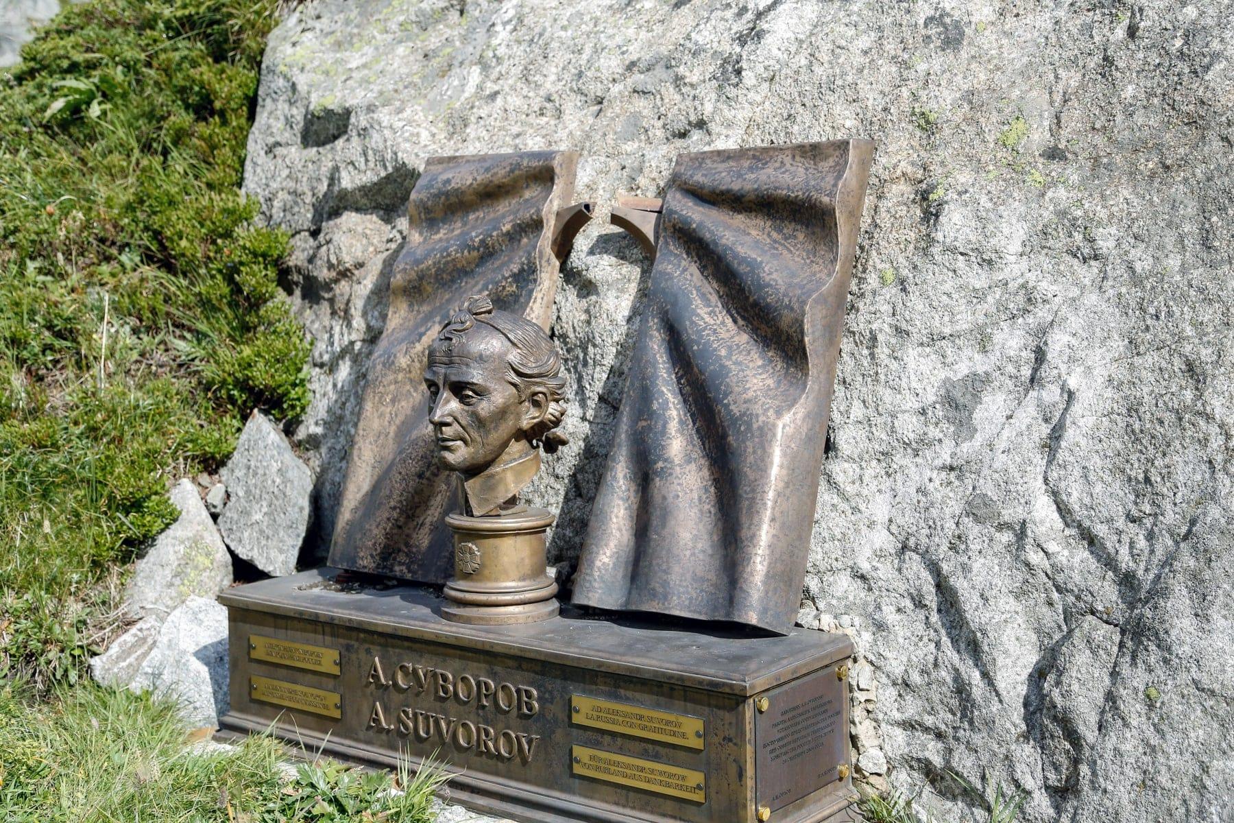 Byust-Suvorova-na-perevale-Sen-Gotard-SHveytsariya