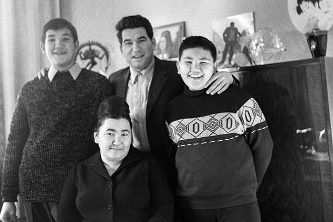 CHingiz-Aytmatov-s-zhenoy-Kerez-syinovyami-Sanzharom-i-Askarom