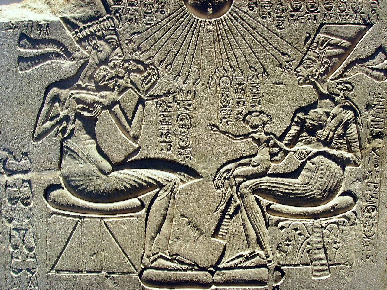 E`hnaton-Nefertiti-i-tri-ih-docheri