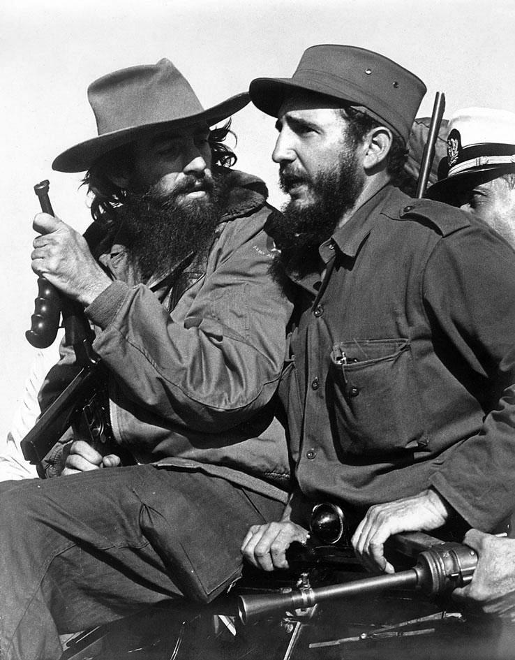 Fidel-Kastro-i-Kamilo-Senfue`gos-v-1959-g.-v-gorah-Serra-Mae`stro