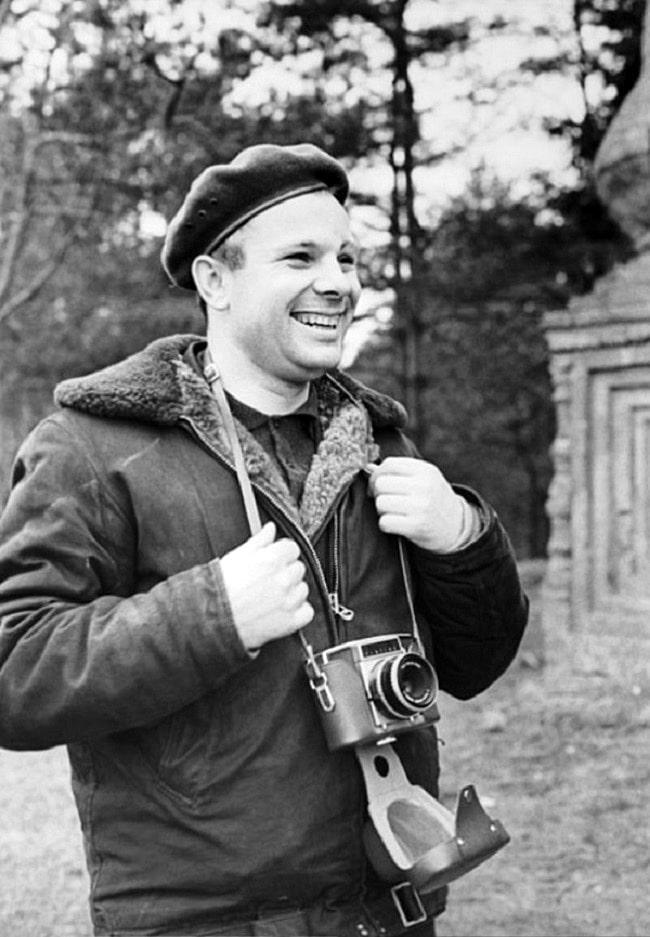 Foto-Gagarin-s-fotoapparatom-osen-1965