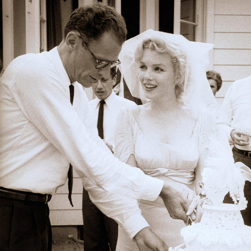 Foto-Me`rilin-Monro-i-Artur-Miller-na-svoey-svadbe-29-iyunya-1956