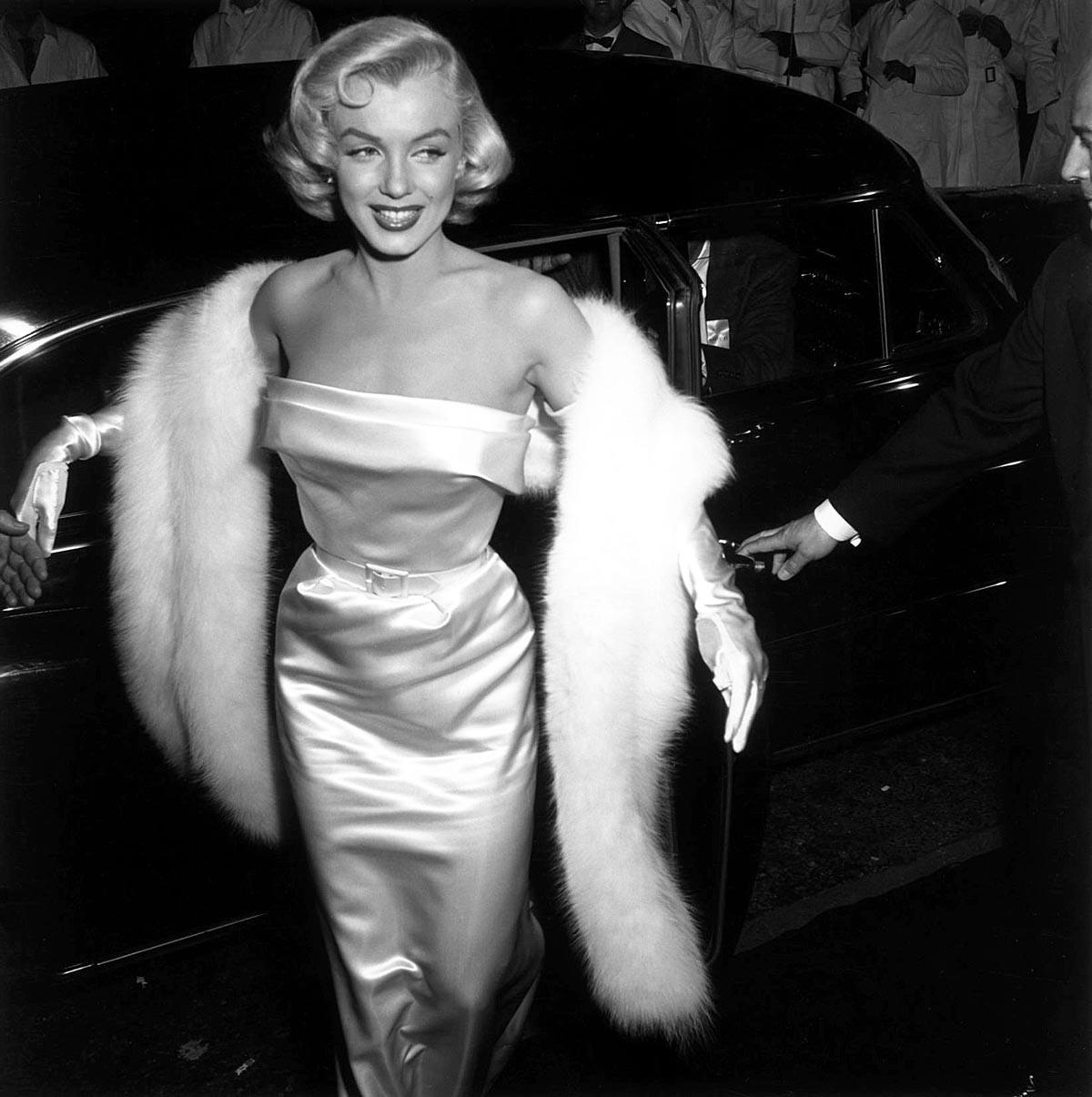 Foto-Me`rilin-Monro-na-vecherinke-v-klube-1953