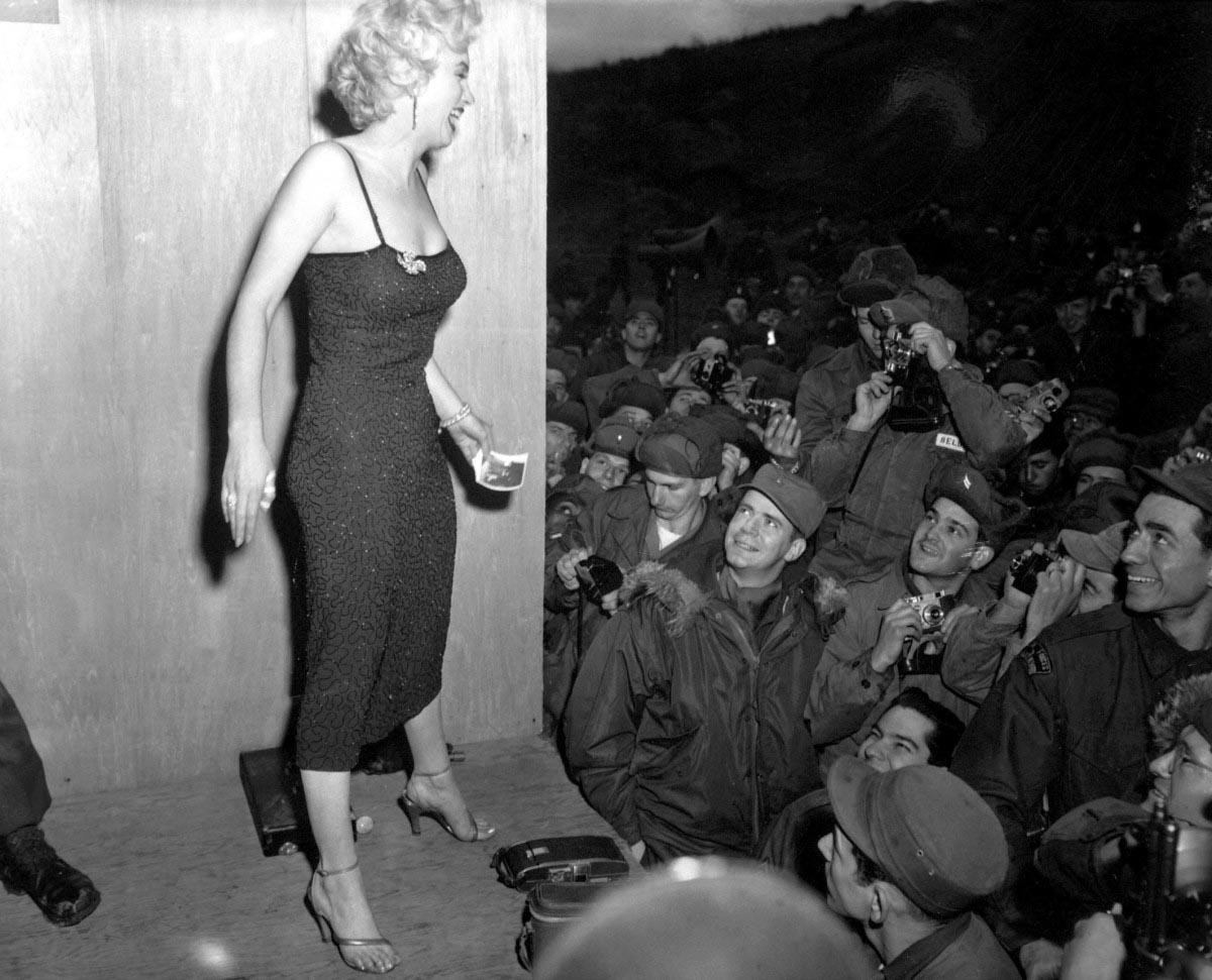 Foto-Me`rilin-Monro-vo-vremya-vyistupleniya-na-shou-dlya-USO-v-fevrale-1954