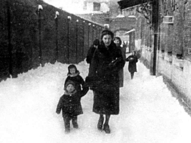 Foto-Vyisotskiy-v-detstve-1940.-Nina-Maksimovna-Vyisotskaya-s-syinom-Volodey