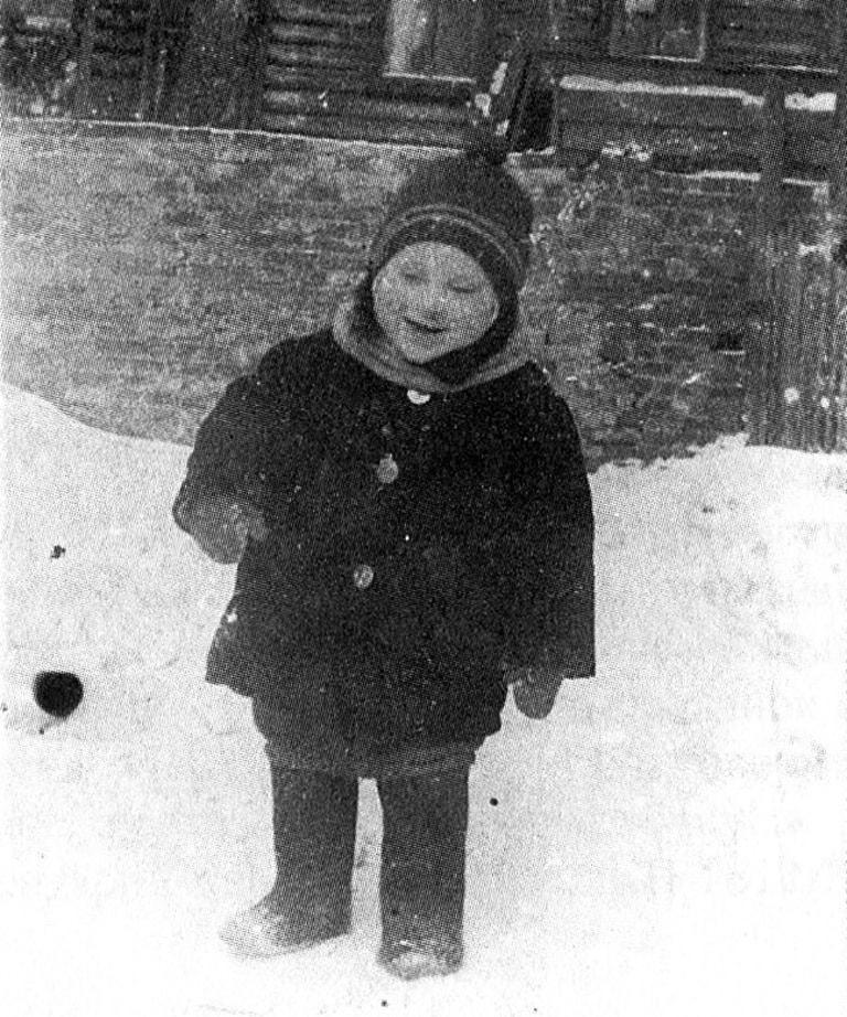 Foto-Vyisotskiy-v-detstve-1940.-Vo-dvore-doma-----126-na-1-y-Meshhanskoy-v-Moskve