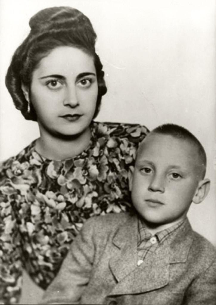 Foto-Vyisotskiy-v-detstve-1947.-Evgeniya-Stepanovna-Lihalatova---mama-ZHenya---i-Volodya