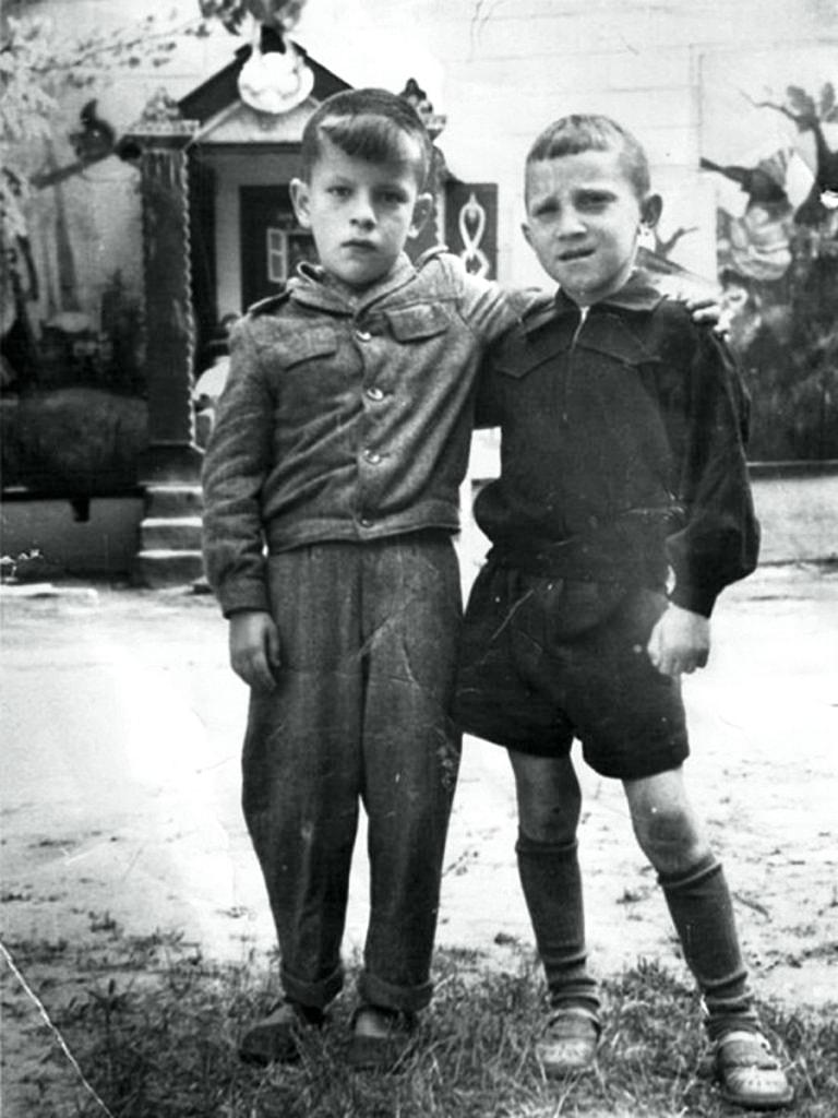Foto-Vyisotskiy-v-detstve-1947.-Volodya-Sevryukov-i-Volodya-Vyisotskiy