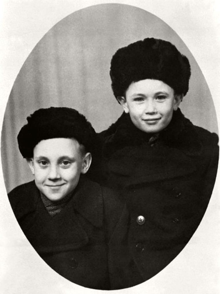 Foto-Vyisotskiy-v-detstve-1948.-Volodya-Vyisotskiy-s-Igorem-Zernovyim