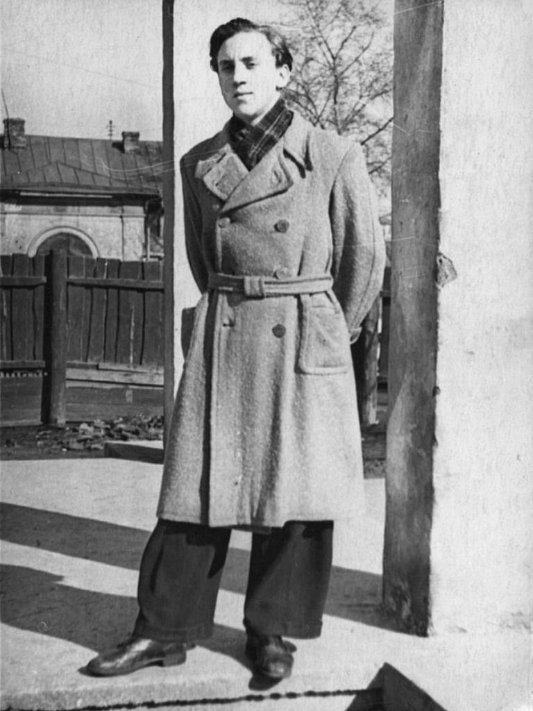 Foto-Vyisotskiy-v-detstve-1955.-Vladimir-Vyisotskiy-na-Bolshom-Karetnom