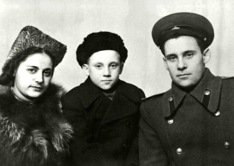Foto-Vyisotskiy-v-detstve-S-ottsom-i-machehoy-1