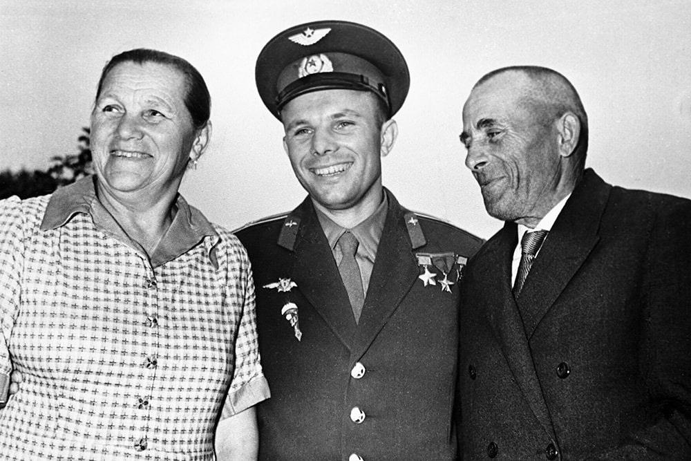 Foto-YUriy-Gagarin-s-roditelyami