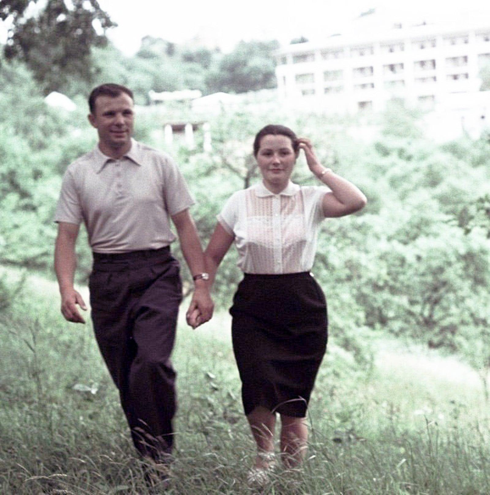 Foto-YUriy-Gagarin-s-zhenoy-Valentinoy