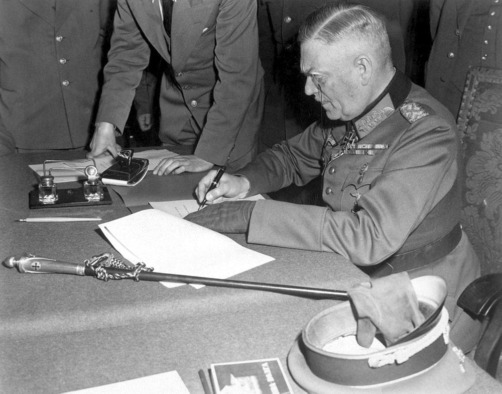 General-feldmarshal-Keytel-podpisyivaet-akt-o-bezogovorochnoy-kapitulyatsii