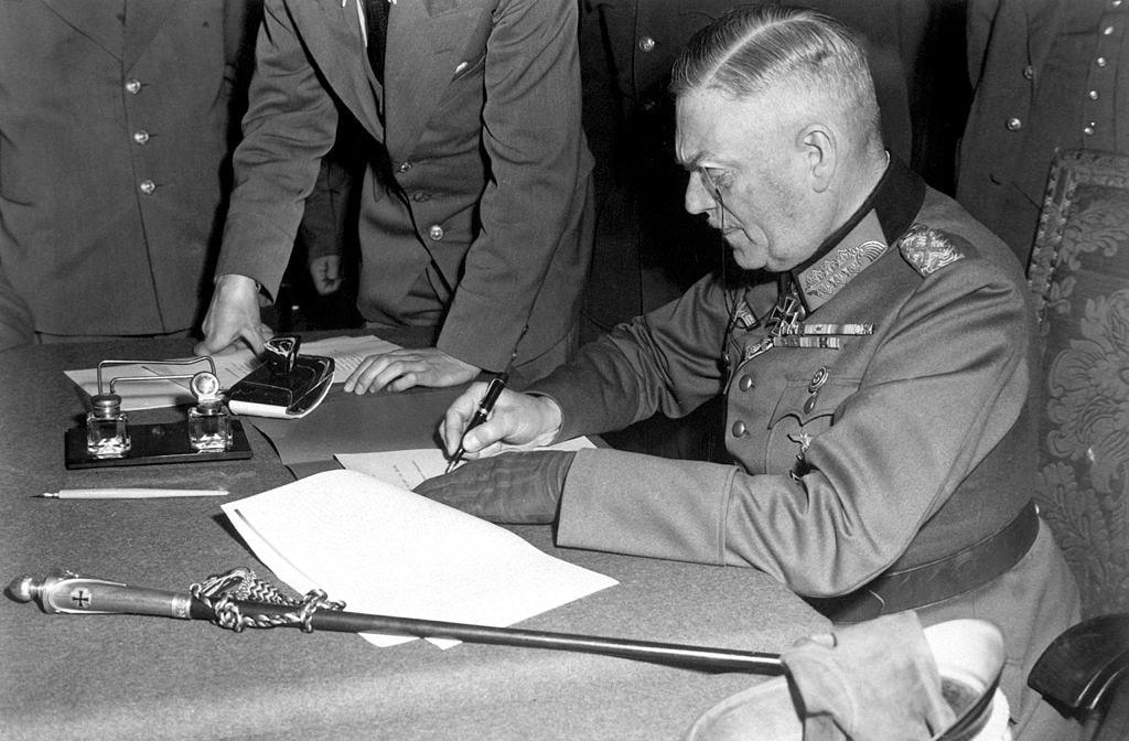 General-feldmarshal-Vilgelm-Keytel-podpisyivaet-akt-o-bezogovorochnoy-kapitulyatsii