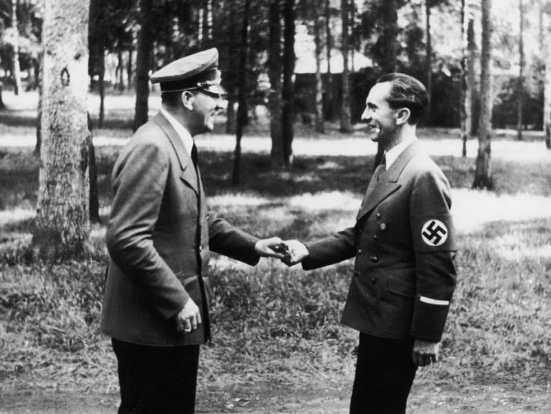 Gitler-i-ministr-propagandyi-Gebbels