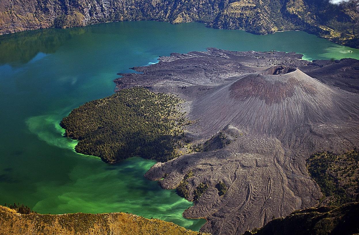 Vulkan-v-ozere-ili-ozero-v-vulkane