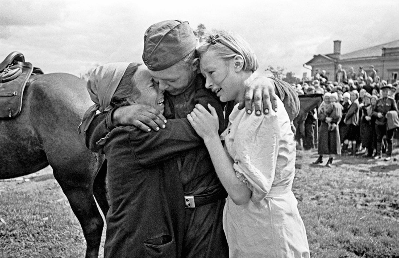 Krasnoarmeets-SHirobokov-vstretil-svoih-sester