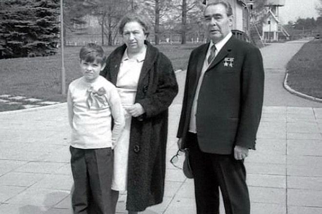 Leonid-Brezhnev-s-zhenoy-i-syinom