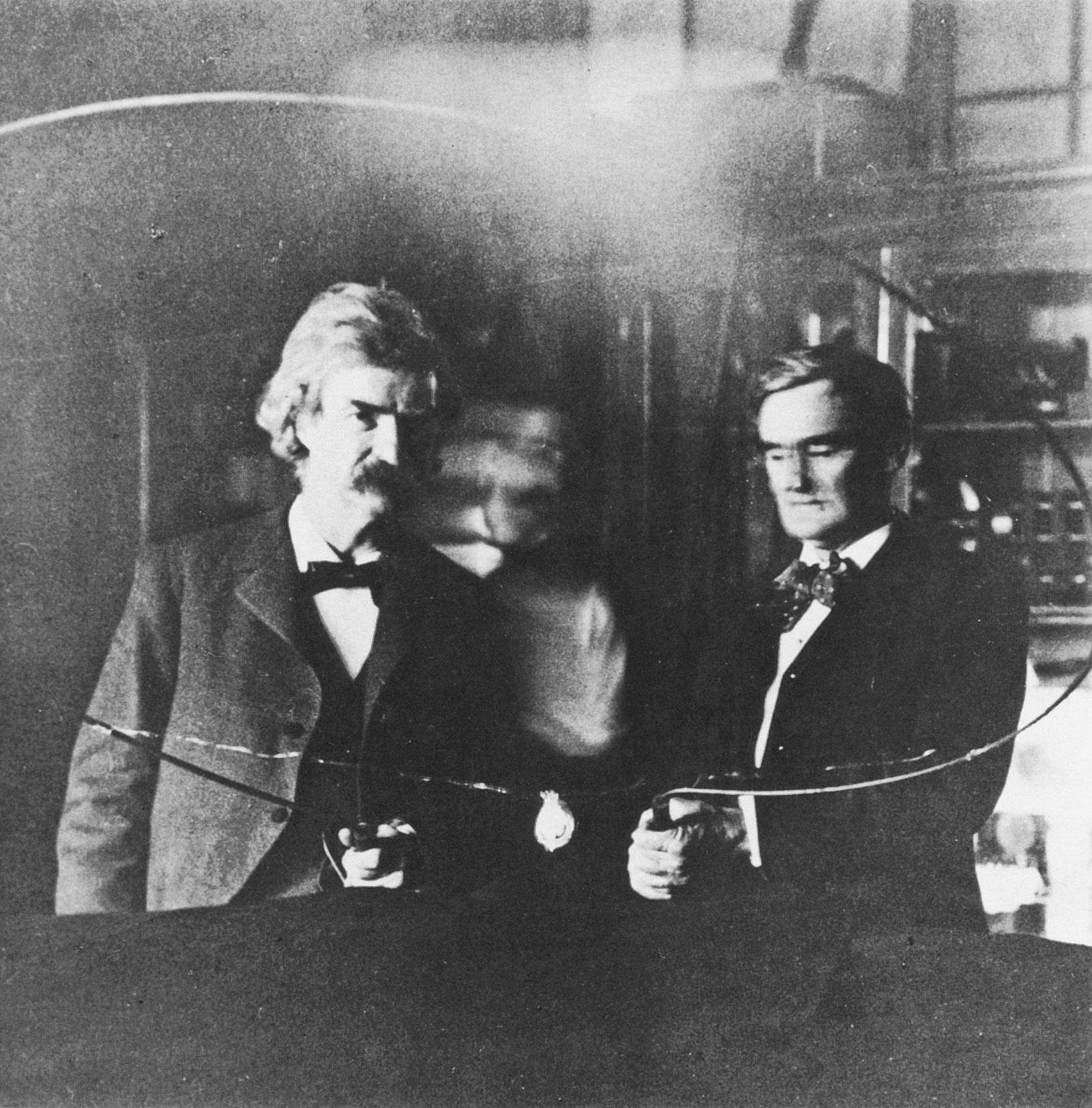Mark-Tven-i-Dzhozef-Dzhefferson-v-laboratorii-Teslyi-v-1894-godu