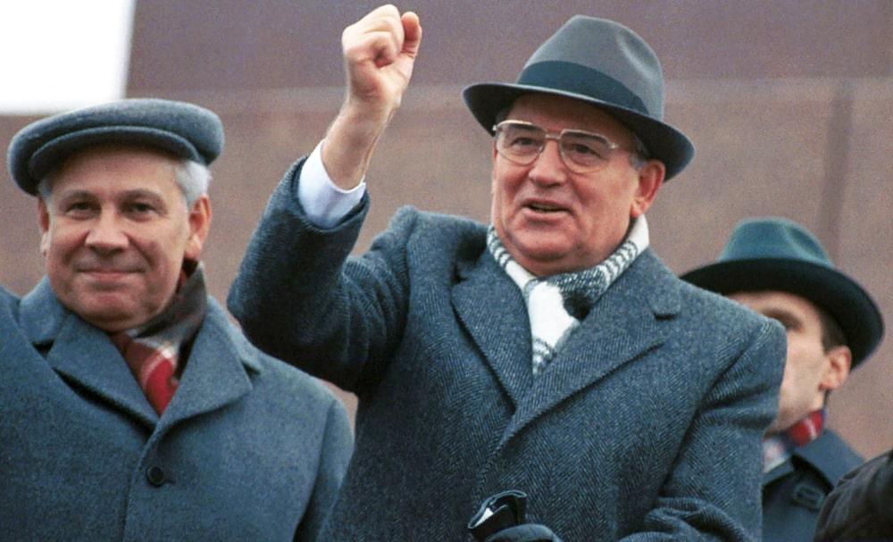 Mihail-Gorbachev-na-tribune-Mavzoleya-1990-god