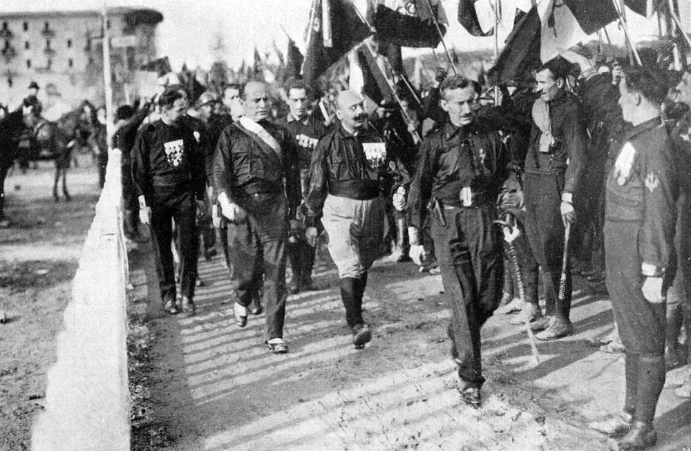 Mussolini-i-chernorubashechniki-vo-vremya-Marsha-na-Rim-v-1922-g
