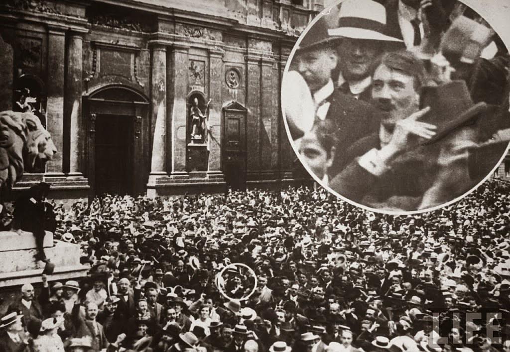 Myunhen-02.08.1914-g.-Gitler-na-mitinge-na-Odeonplatz-v-period-mobilizatsii-nemetskoy-armii-dlya-uchastiya-v-Pervoy-mirovoy-voyne