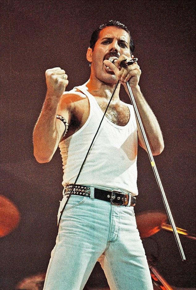 Na-stsene-stadiona-Ue`mbli-vo-vremya-kontserta-Live-Aid-London-13-iyulya-1985-g