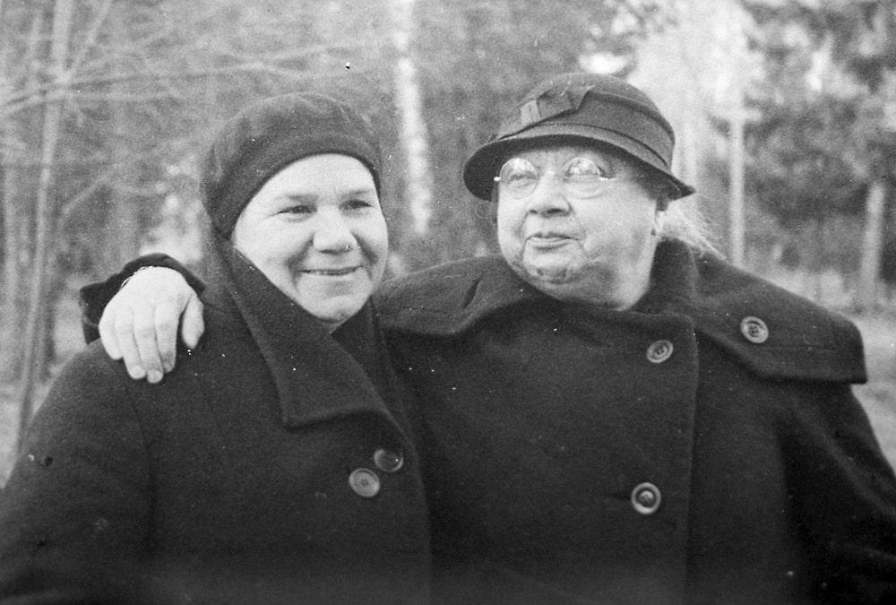 Nadezhda-Krupskaya-sprava-i-sekretar-VTSSPS-Klavdiya-Nikolaeva-usadba-Arhangelskoe