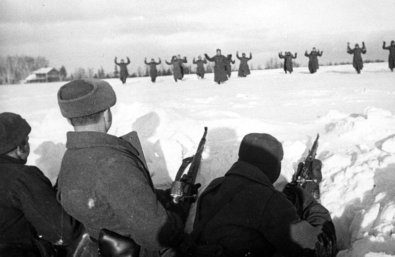 Nemetskie-soldatyi-sdayutsya-v-plen-krasnoarmeytsam-vo-vremya-bitvyi-za-Moskvu