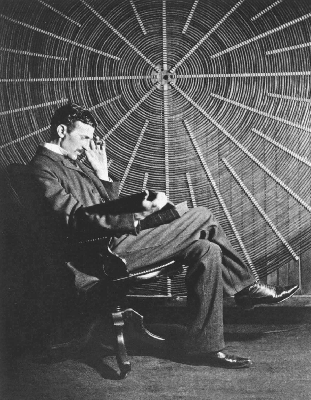 Nikola-Tesla-s-knigoy-Rodzhera-Boskovich