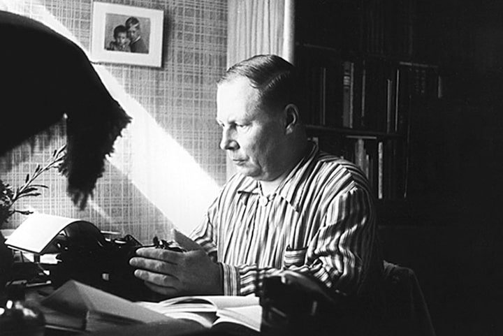 Nikolaj-Zaboloczkij-za-rabotoj