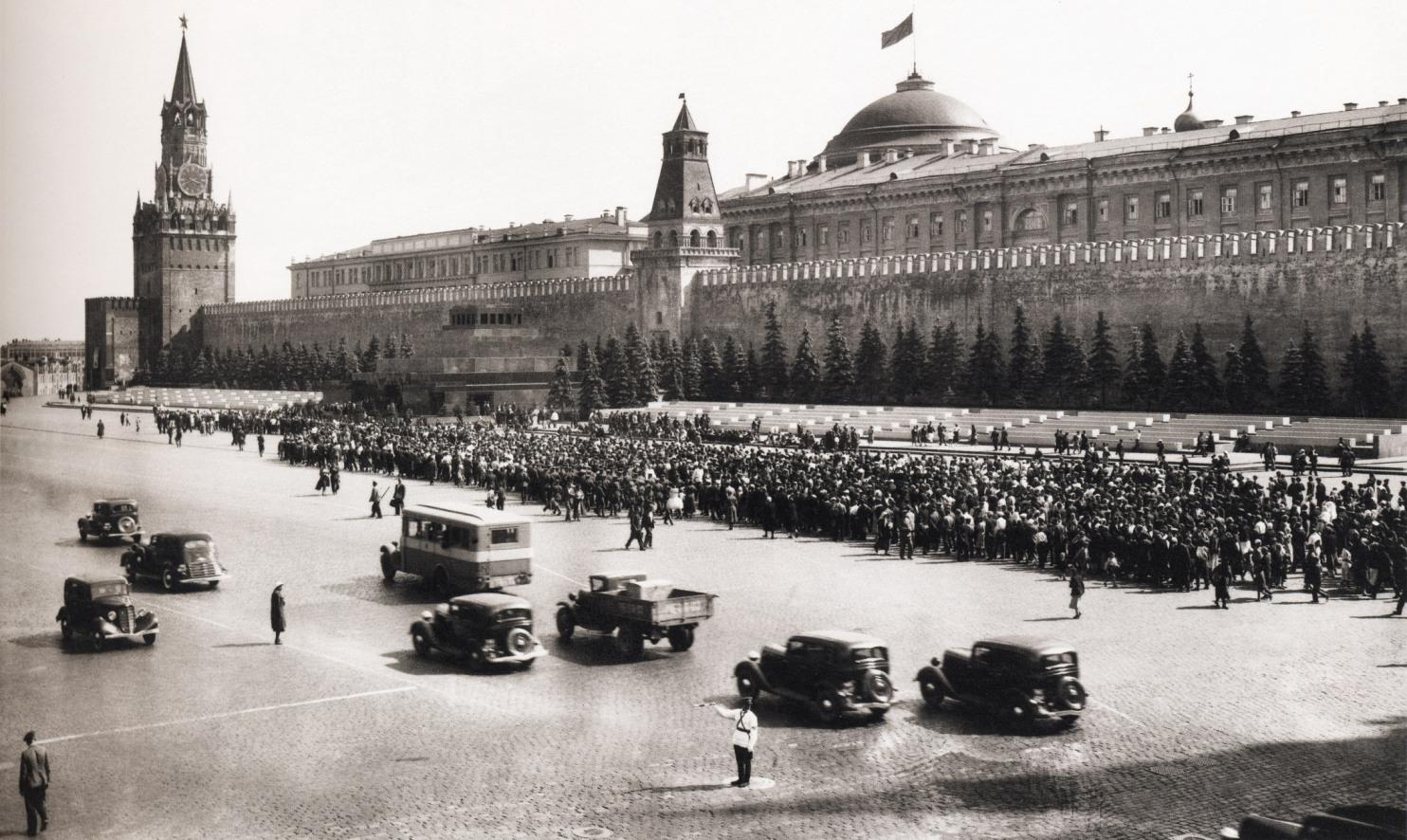 Ochered-v-Mavzoley-1920-e-Foto-Sovetskoy-Moskvyi