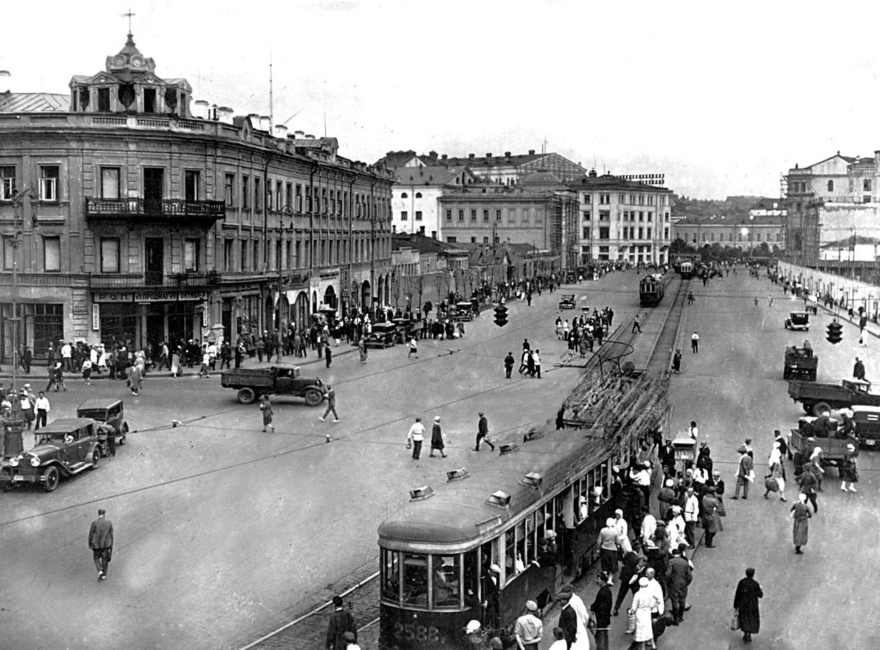 Ohotnyiy-ryad-1930-Foto-Sovetskoy-Moskvyi