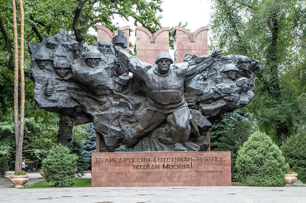 Pamyatnik-28-panfilovtsam-v-Almaty