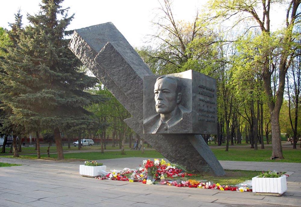 Pamyatnik-D.-M.-Karbyshevu-v-Moskve-bulvar-Generala-Karbysheva
