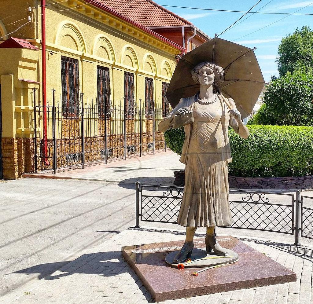 Pamyatnik-Faine-Ranevskoy-v-Taganroge