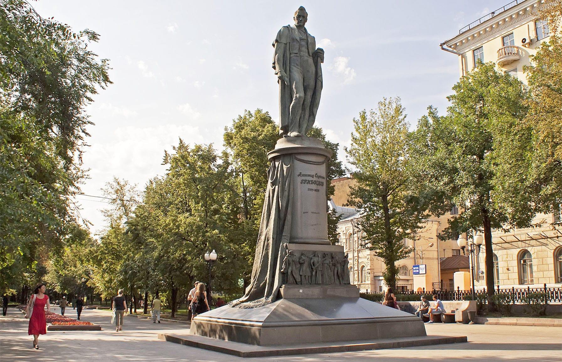 Pamyatnik-Griboedovu-v-Moskve-na-CHistoprudnom-bulvare