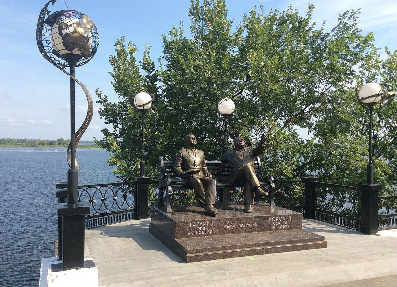 Pamyatnik-S.-P.-Korolyovu-i-YU.-A.-Gagarinu-v-E`ngelse-Saratovskoy-oblasti