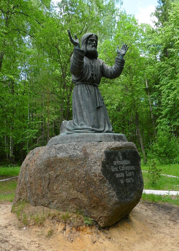Pamyatnik-Serafimu-Sarovskomu